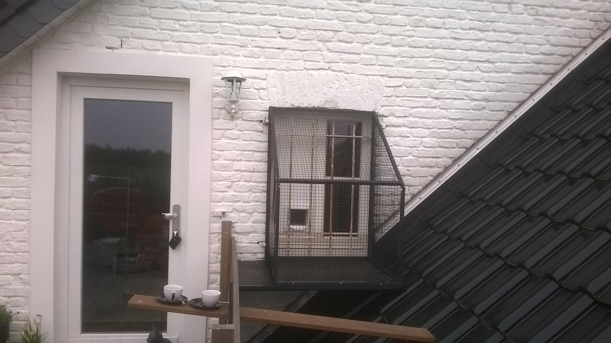 Katzenbalkon-mit-Katzenklappe
