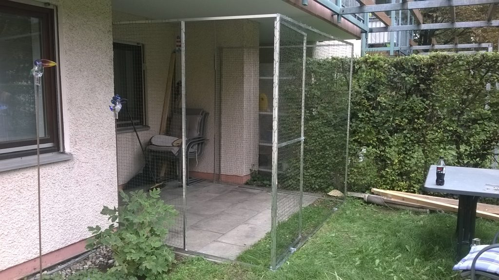 Katzengehege mit Tür auf Terrasse