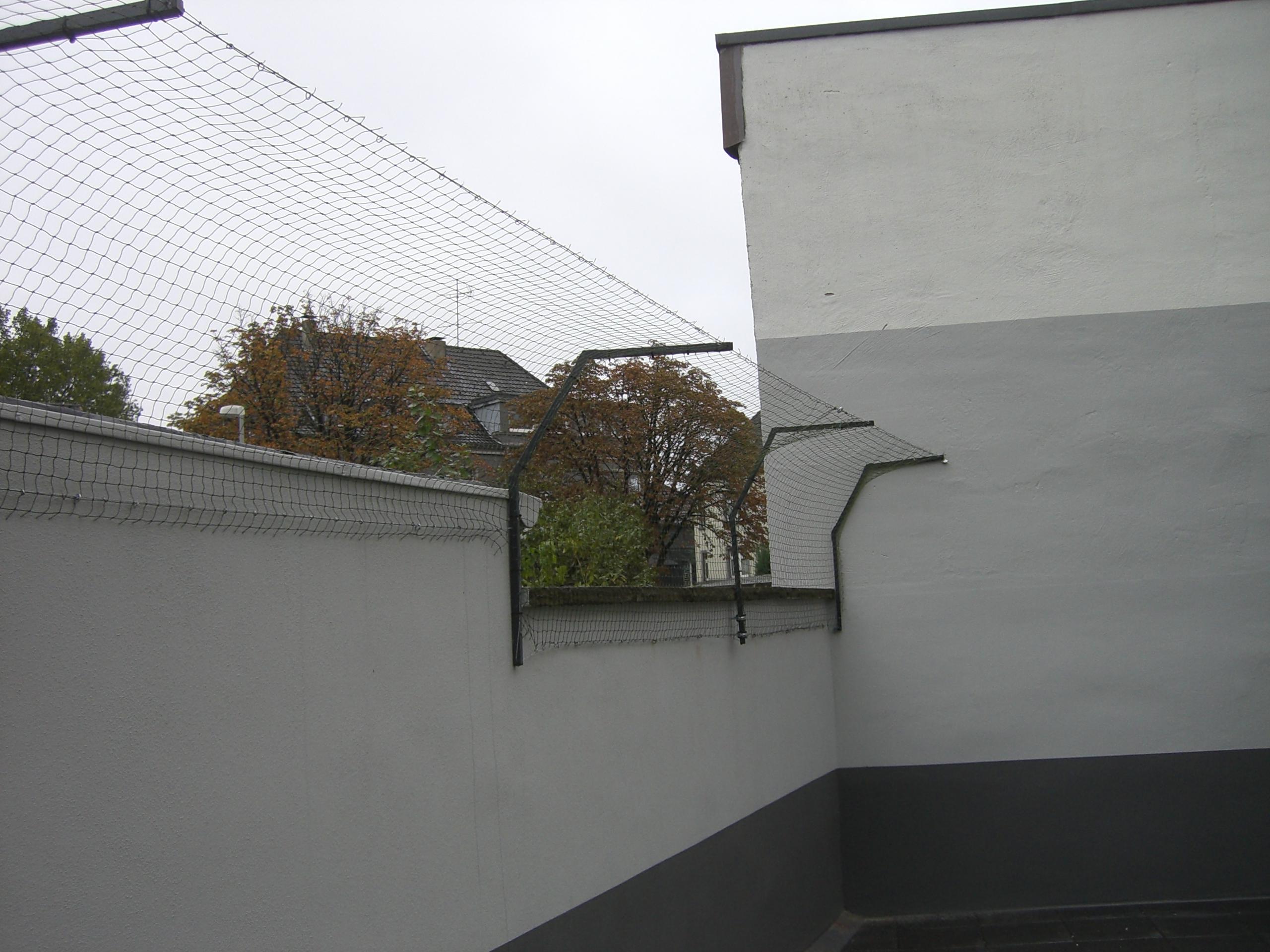 Doppelter Überkletterschutz an Mauer